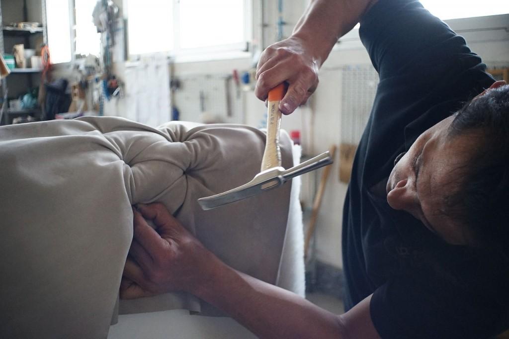 artigiano-che-lavora-in-fabbrica
