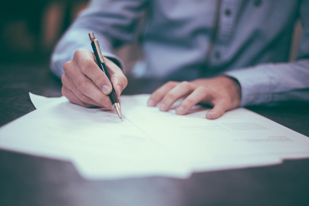 lavoratore-che-firma-lettera-licenziamento