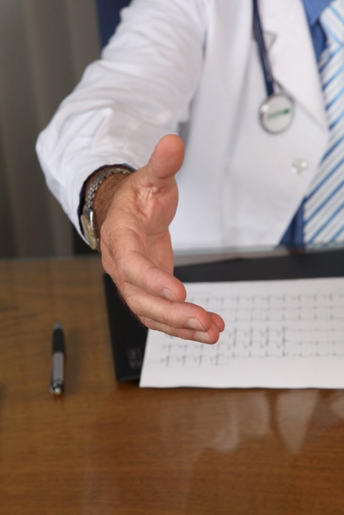 medico che fornisce un certificato di malattia